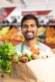 Saco de mantimento apresentado pelo empregado indiano imagens de stock royalty free