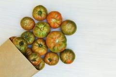 Saco de mantimento com tomates imagem de stock royalty free