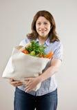 Saco de mantimento da terra arrendada da mulher de frutas frescas imagens de stock royalty free