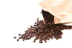 Saco de papel com os feijões de café roasted Fotografia de Stock