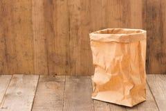 Saco de papel de Brown no fundo de madeira fotos de stock