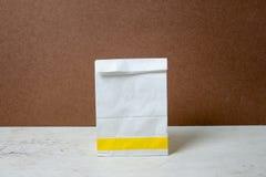 saco de papel do branco do Um-formulário Pacote do saco de papel para o anúncio e o Br Imagem de Stock