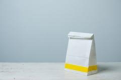 saco de papel do branco do Um-formulário Pacote do saco de papel para o anúncio e o Br Imagem de Stock Royalty Free