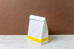 saco de papel do branco do Um-formulário Pacote do saco de papel para o anúncio e o Br Fotografia de Stock