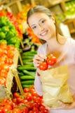 Saco de papel e tomate da menina Imagens de Stock