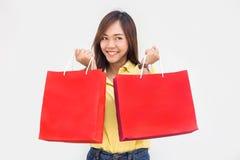 Saco de papel tailandês asiático da compra da posse da senhora Fotografia de Stock