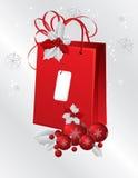 Saco de papel vermelho decorado com baga do azevinho Imagem de Stock Royalty Free