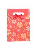 Saco de papel vermelho do presente com ptint das flores. imagens de stock royalty free