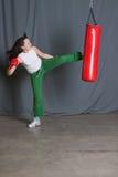 Saco de perfuração dos retrocessos da mulher do treinamento Fotografia de Stock Royalty Free
