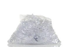 Saco de plástico completo de gelo esmagado isolado na sagacidade branca do fundo imagens de stock