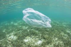Saco de plástico que deriva no Oceano Pacífico foto de stock royalty free