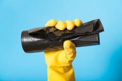 Saco de rolo preto novo do plástico do lixo, conceito das tarefas fotos de stock royalty free
