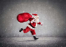 Saco de Santa Claus Running With A dos presentes na maneira foto de stock royalty free