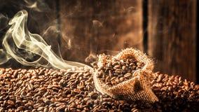 Saco del café por completo de semillas asadas fragancia fotografía de archivo libre de regalías
