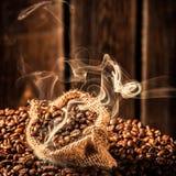 Saco del café por completo de semillas de la fragancia imagen de archivo libre de regalías