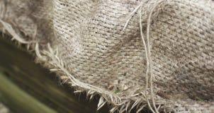 Saco del yute de la arpillera en caja de madera Fotos de archivo