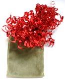 Saco do presente e fita vermelha Fotografia de Stock Royalty Free
