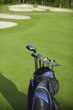 Saco e clubes de golfe de encontro a campo de golfe defocused imagem de stock royalty free