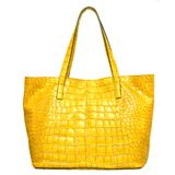 Saco fêmea de couro amarelo luxuoso isolado no branco Imagem de Stock