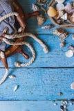 Saco listrado, roda e decorações marinhas no fundo de madeira Fotografia de Stock