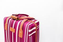 Saco listrado vermelho e branco da bagagem no fundo branco, conceito mínimo do curso com espaço da cópia foto de stock