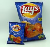 Saco normal e mini saco das configurações Paprika Chips foto de stock