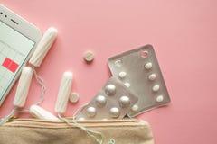 Saco ou bolsa cosm?tica com tamp?es, contraceptivos e comprimidos de dor Ajustado em caso da menstrua??o fotografia de stock