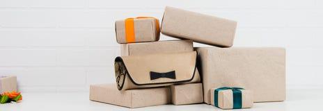 Saco pequeno da senhora com caixas de presentes Foto de Stock