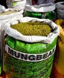 Saco por completo de habas de Mung Foto de archivo
