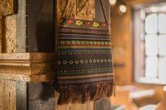 Saco tejido de las lanas en una pared del limstone Imagen de archivo