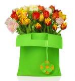 Saco verde com tulips Imagens de Stock