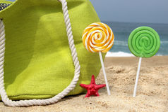 Saco verde da praia, duas velas e estrela de mar engraçada foto de stock