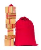 Saco vermelho do Natal e pilha dos presentes, isolados no backgrou branco Foto de Stock