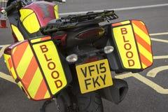 Sacoches sur une moto utilisée pour transporter le sang Images stock