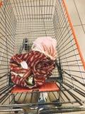 Sacola com os sacos reusáveis do algodão do alimento e do eco com vegetais e frutos no carro no supermercado Conceito waste zero  fotografia de stock