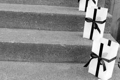 Sacos bonitos do presente indicados em escadas da loja Imagens de Stock Royalty Free