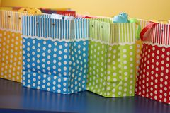 Sacos coloridos do presente com às bolinhas brancos Fotos de Stock Royalty Free