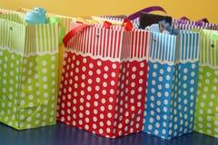 Sacos coloridos do presente com às bolinhas brancos Foto de Stock