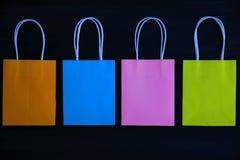 Sacos coloridos do presente em um fundo de madeira escuro, vista superior foto de stock royalty free
