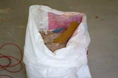Sacos completos dos restos do desperdício da construção fotografia de stock
