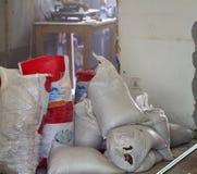 Sacos completos dos restos do desperdício da construção fotos de stock