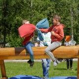 Sacos da luta que sentam-se em um log Feriado nacional tradicional Sabantuy no parque da cidade imagem de stock