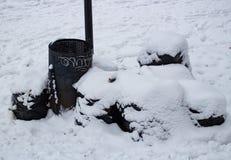 Sacos da maca e de lixo sob a neve no inverno Fotos de Stock Royalty Free