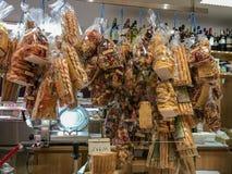 Sacos da massa na exposição no ` Aligre Beauvau de Marche d, Paris, Fran Foto de Stock