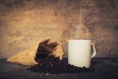Sacos da xícara de café de feijões de café Imagem de Stock