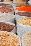 Sacos das especiarias, açafrão, cereais, pulsos, milho, porcas no mercado de sal da cidade velha de Sana'a, suq, Iémen, vendedor, Imagens de Stock Royalty Free