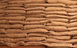 Sacos de areia empilhados de serapilheira sob luzes suaves Fotos de Stock