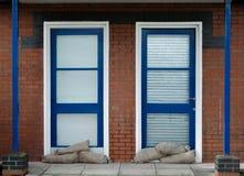 Sacos de areia na frente das portas Imagem de Stock