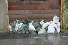 Sacos de areia a proteger contra a inundação do rio durante o flo fotografia de stock