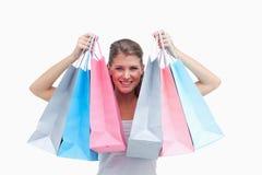 Sacos de compra alegres da terra arrendada da mulher Fotos de Stock Royalty Free